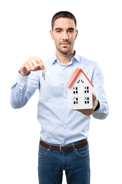 muž držíc klíče a model domu